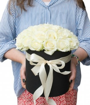 Белые  розы в черной шляпной коробке (25шт) #744