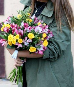 Микс-букет из роз и альстромерий #356