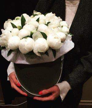 Белые пионы в черной шляпной коробке (29 шт) #997