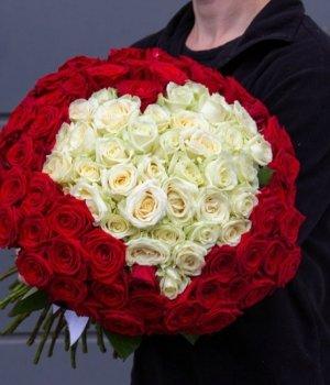 Букет из 101 бело-красной розы в виде сердца (50 см) #971