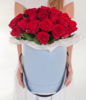 Красные розы в голубой шляпной коробке (25шт) #392