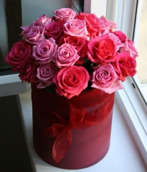Микс из роз в красной шляпной коробке (29 шт) #1020