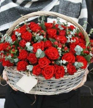 Корзина из  49 красных роз и гиперикума #423