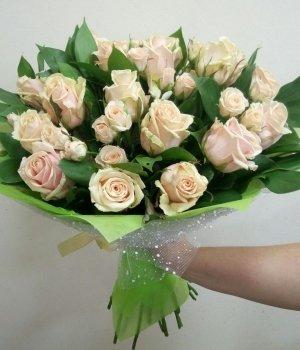 Микс-букет из кремовых и кустовых роз #495