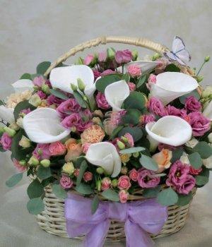 Корзина с каллами, розами и эустомами #1130