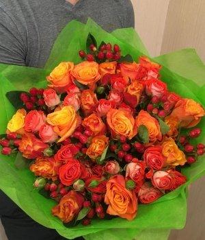 Микс-букет из кенийских роз, гиперикума и кустовых роз #1229