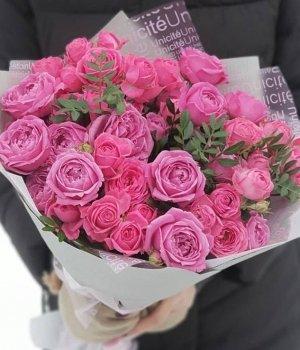 Микс из кустовых и пионовидных роз Мисти Баблз с зеленью #1268