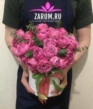 Пионовидные розы Мисти Баблз с эвкалиптом в белой  шляпной коробке (19 шт) #678