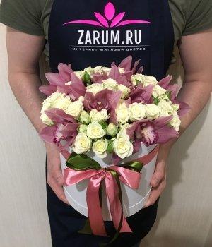 Микс из роз и орхидей в белой шляпной коробке #1121