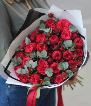 Букет из красных пионовидных роз Ред Пиано и эвкалипта (39 шт) #1331
