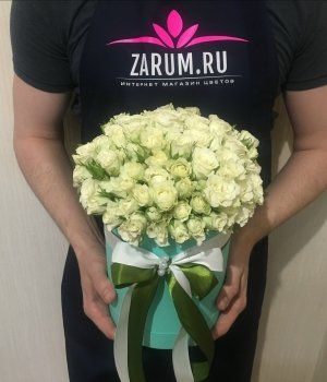 Белые кустовые розы в голубой шляпной коробке (29 шт) #1336