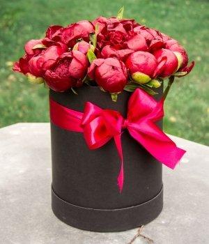 Красные пионы в черной шляпной коробке ( 19 шт) #1401