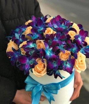 Микс из роз и орхидей в шляпной коробке #1438