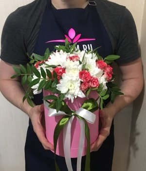 Микс из роз и хризантем в шляпной коробке #1446