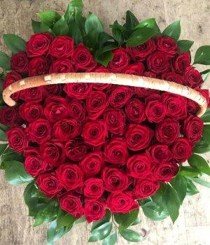Корзина из 51 красной розы в виде сердца #426