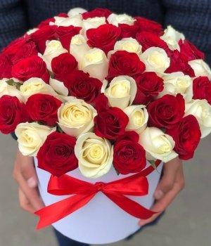 Микс из белых и красных роз в шляпной коробке (51 шт) #480