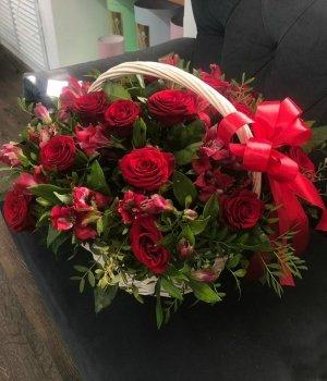 Корзина с розами и альстромериями #1129
