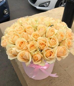 Кремовые розы в розовой шляпной коробке (51 шт) #1018