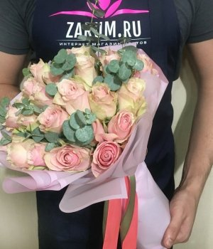 Букет из 29 Кенийских  роз и эвкалипта (40 см) #1628