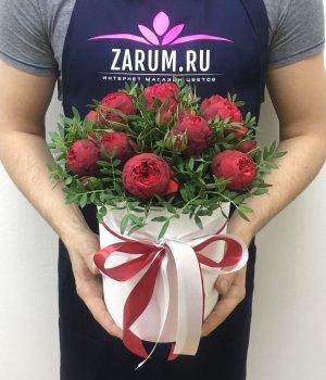 Красные пионовидные розы Ред Пиано в белой шляпной коробке (9 шт) #1333