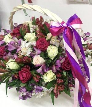 Корзина с розами и альстромериями #1552