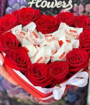 Коробка-сердце с розами и рафаэлло #1689