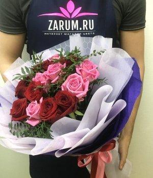 Микс-букет из 15 роз с зеленью (50 см ) #1720