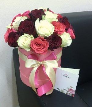Микс из 29 роз в розовой шляпной коробке #1734