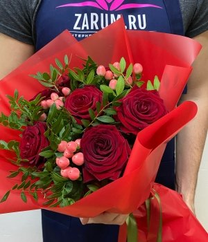 Микс из 7 красных роз и гиперикума ( 50 см ) #1781