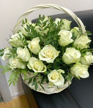 Корзина с белыми розами (29 шт) #441