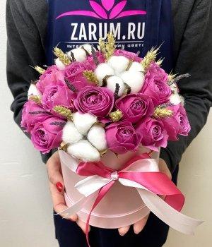 Микс из пионовидных роз и сухоцветов в шляпной коробке #1360