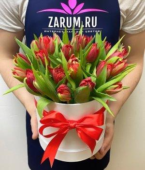 Красные пионовидные тюльпаны в белой шляпной коробке (25 шт) #1032