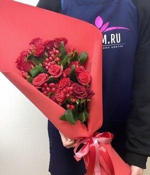 Микс-букет из кустовых роз и гиперикума #1379