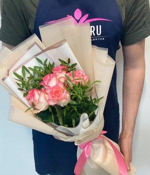 Букет из 5 роз Джумилия с зеленью #2120