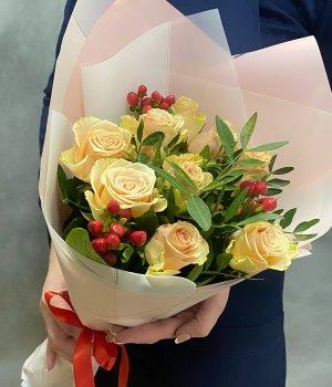 Букет из 9 Кенийских роз с гиперикумом #1419