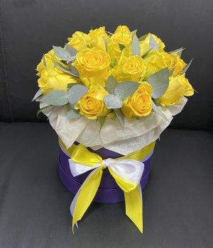 Желтые розы с эвкалиптом в фиолетовой шляпной коробке (19 шт ) #2237