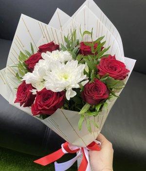 Микс из красных роз и хризантемы #2311