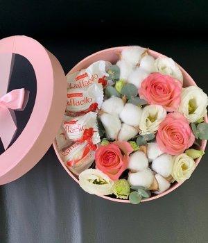 Розовая коробка с хлопком и рафаэлло #2347