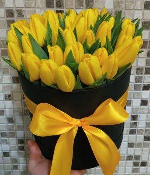 Желтые тюльпаны в черной шляпной коробке (39 шт) #1035