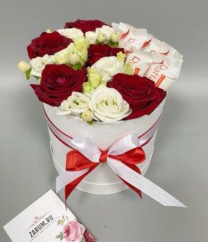 Шляпная  коробка с розами, эустомой и Рафаэлло #2587