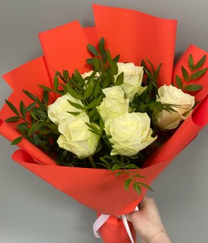 Букет из 7 белых роз с зеленью  (40 см) #2041
