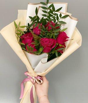 Букет из 7 малиновых роз с зеленью #2617