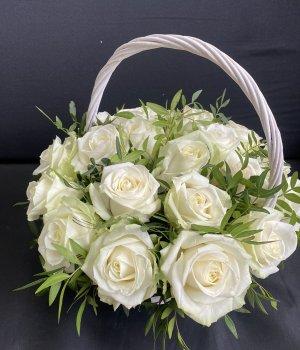 Корзина с 19 белыми розами #2752