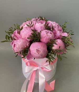 15 розовых пионов в белой шляпной коробке #2798