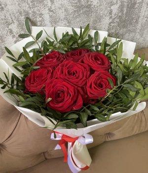 Букет из 7 красных роз с зеленью #1396