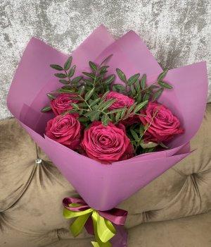 Букет из 5 роз Шангрила с зеленью (50 см ) #1973
