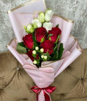 Букет из 5 красных роз и Эустомы #2980