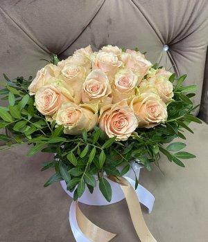 Кремовые розы в белой шляпной коробке (19шт) #1044