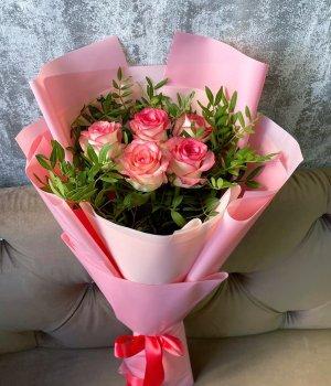 Букет из 5 роз Джумилия с зеленью (50 см ) #2099