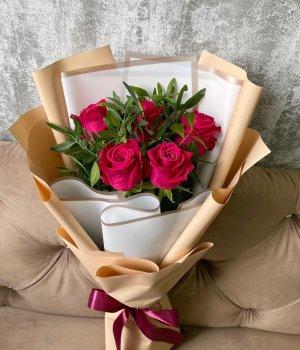 Букет из 5 роз Шангрила с зеленью #2119